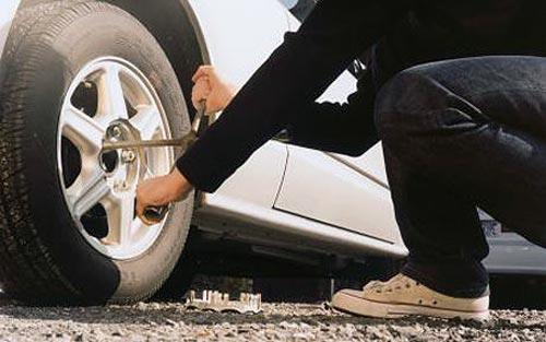 Como cambiar una rueda pinchada